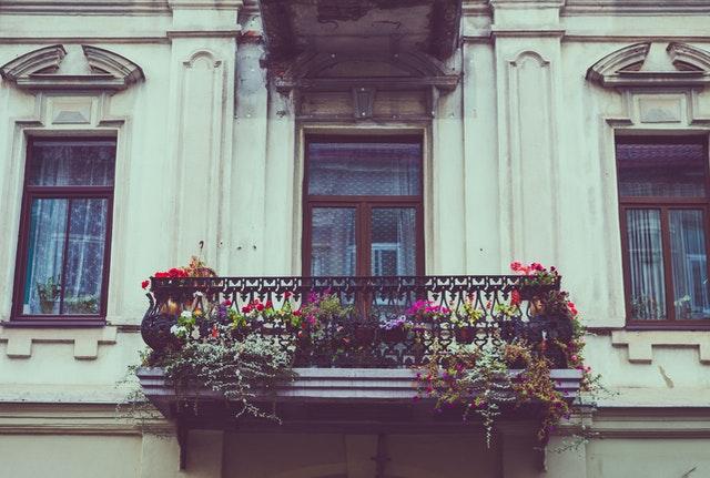 Cómo decorar el balcón de tu apartamento y crear un oasis al aire libre